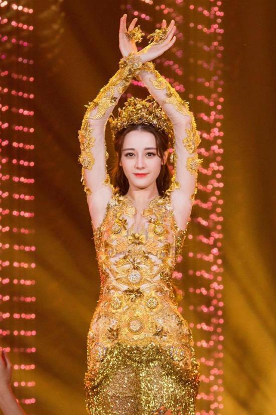 Mỹ nữ Tân Cương Địch Lệ Nhiệt Ba hóa thân Nữ thần Kim Ưng
