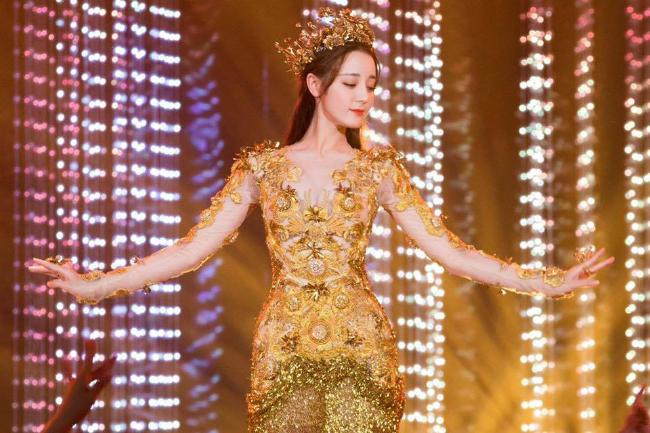 Mỹ nữ Tân Cương Địch Lệ Nhiệt Ba hóa thân Nữ thần Kim Ưng - 1