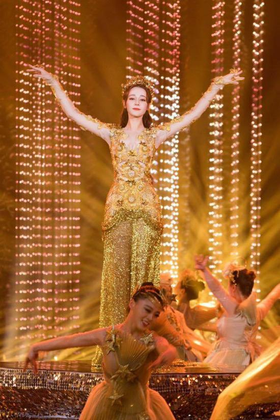 Mỹ nữ Tân Cương Địch Lệ Nhiệt Ba hóa thân Nữ thần Kim Ưng - 2