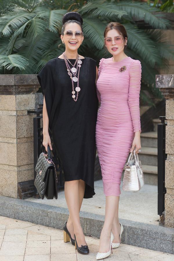Hoa hậu Quý bà Hòa bình Thế giới Phương Lê khoe dáng thon với váy hồng ôm khít cơ thể.