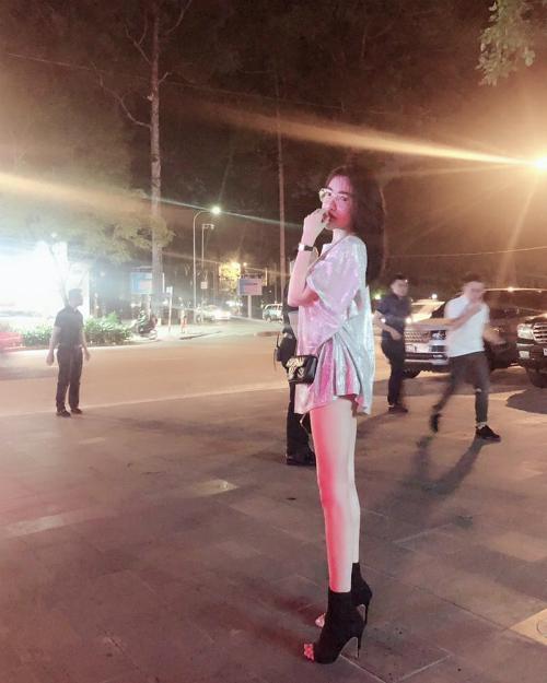 Elly Trần tự tinkhôngcao lắm thôi chứ chân là bao thẳng.