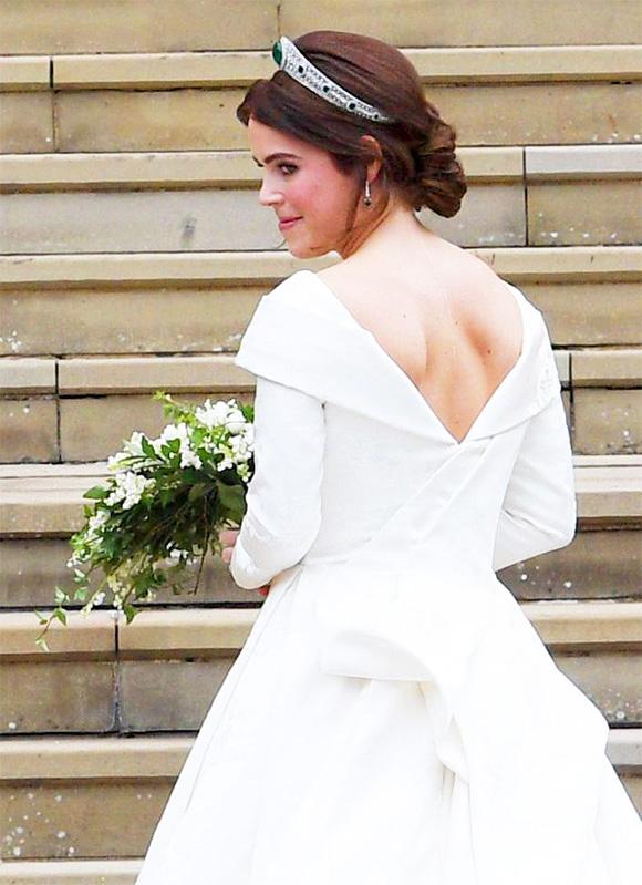 Eugenie tự lên ý tưởng cho chiếc váy cưới mặc trong ngày trọng đại, với phần ngực và cổ khoét sâu.Mục đích của cô là muốn khoe dấu vết ca phẫu thuật năm 12 tuổi để khắc phục chứng vẹo cột sống.