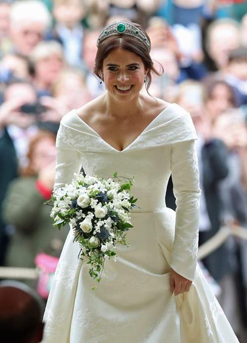 Công chúa không diện voan cưới theo truyền thống cưới hỏi của Hoàng gia Anh.