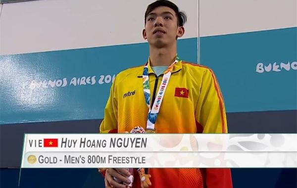 Nguyễn Huy Hoàng trên bục nhận HC vàng Olympic trẻ 2018.