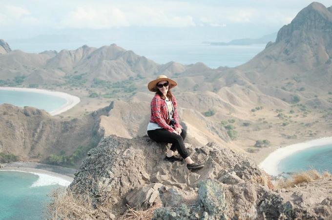 Đảo Komodo nhìn từ trên cao, với bãi biển ôm trọn hai bên dãy núi. Đây cũng là địa điểm check in quen thuộc của giới phượt ở Indonesia. Bạn có nhiều cách đến với hòn đảo xinh đẹp này, trong đó phổ biến nhất là từ Bali. Du khách có thể bay từ Bali đến sân bay Labuan Bajotrên đảoFlores rồi từ đây mua tour theo ngày đến đảo Komodo. Do hòn đảo còn là nơi bảo tồn loài rồng Komodo cực quý hiếm nên mọi hoạt động của khách du lịch đều cần được đảm bảo an toàn.