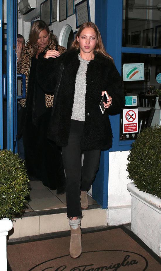 Lily xuất hiện cùng mẹ vào tháng 9 năm nay. Kate Moss thường hiếm khi đưa con gái đi dự sự kiện cùng.