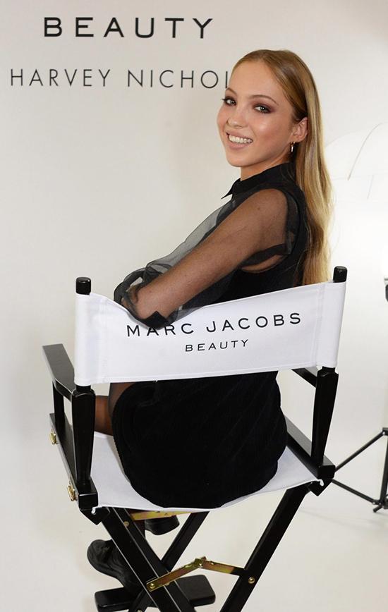Con gái Kate Moss - Lily Grace Moss - vừa xuất hiện ấn tượng trong buổi giới thiệu bộ mỹ phẩm mới của thương hiệu Marc Jacobs ở London ngày 11/10.