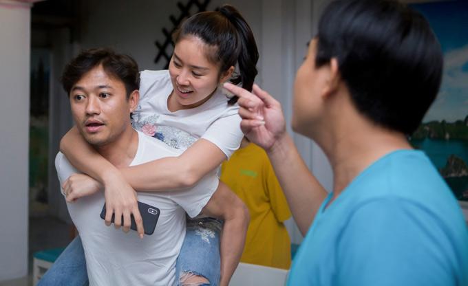 Cặp diễn viên bị đồng nghiệp trêu khi thân mật cõng nhau trong buổi tập.