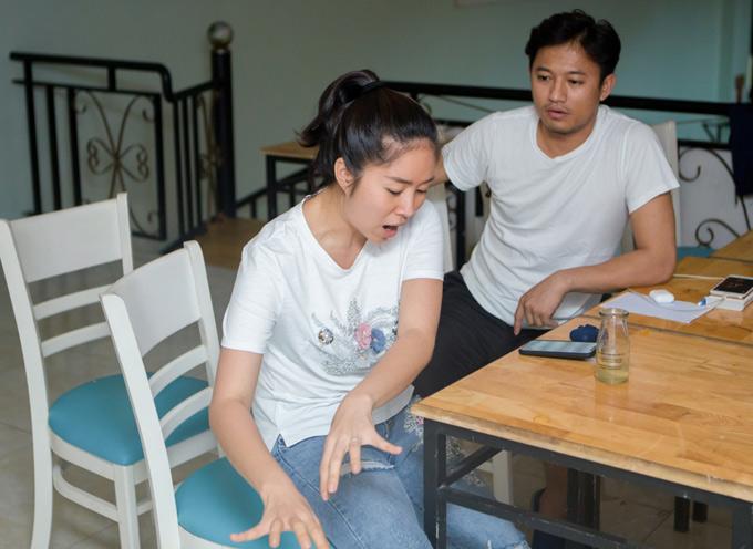 Lê Phương ăn mặc giản dị,đi tập kịch cùng Quý Bình. Cô đóng vai một phụ nữ nghèo nửa điên nửa tỉnh rất đáng thương.