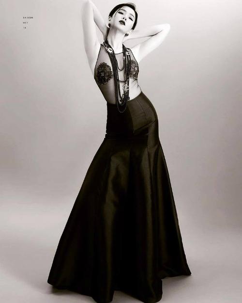 Lệ Quyên gợi cảm với váy xuyên thấu. Nữ ca sĩ chia sẻ: Điều thích thú nhất của phụ nữ tuổi 40 là dám làm những điều mình thích trong chừng mực và giới hạn.Vì nàng hiểu,ngông cuồng và nông nổi qua lâu rồi.