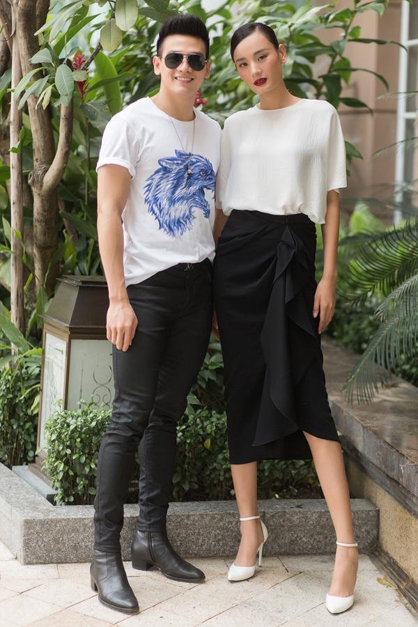 Người mẫu Lê Xuân Tiền trẻ trung với áo thun, quần jean.