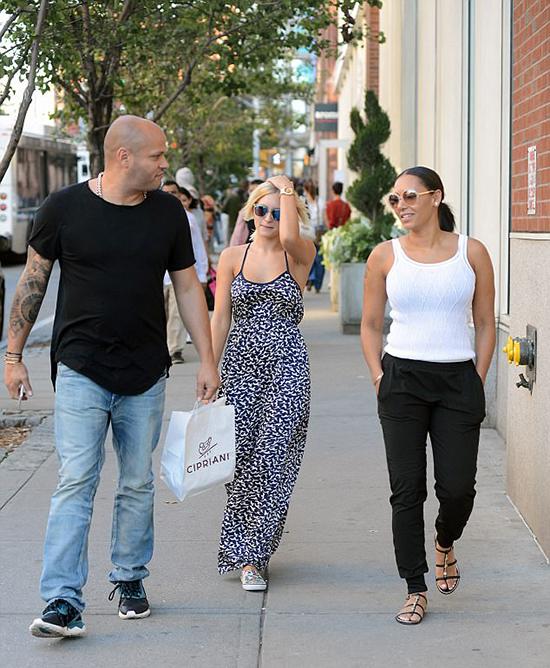 Vợ chồng Mel B đi mua sắm cùng nữ bảo mẫuLorraine Gilles vào tháng 9/2015, 2 năm trước khi Mel ký đơn ly hôn.