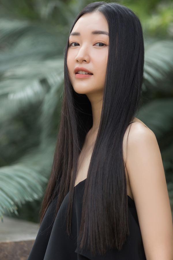 Nàng thơ xứ Huế Ngọc Trân trung thành với kiểu trang điểm nhẹ và mái tóc thả suôn đơn giản.