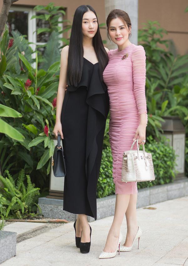 Cô vui vẻ chụp ảnh cùng đàn chị Phương Lê.