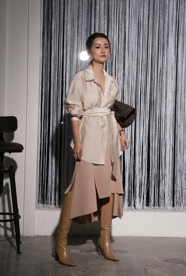 Trong bộ ảnh thời trang mới thực hiện, người đẹp sinh năm 1986 tự make-up và làm stylist. Cô thể hiện sự yêu thích đối với các mẫu váy hơi rộng, không ôm sát cơ thể.
