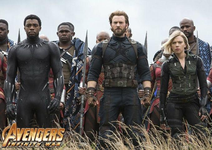 Từ trái sang: Chadwick Boseman vai Black Panther, Chris Evans vai Captain America và Scarlett Johansson vai Black Widow trong đại cảnh gần cuối phim Avengers: Infinity War