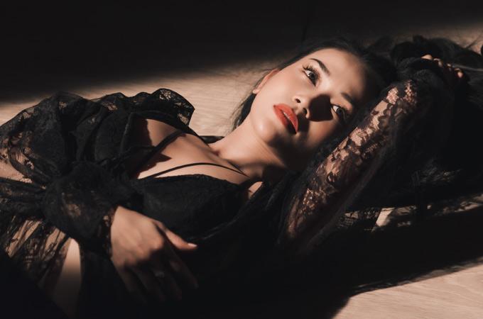 Nữ ca sĩ diện trang phục ren, khoe hình thể gợi cảm khi thực hiện sản phẩm ballad cuối cùng.