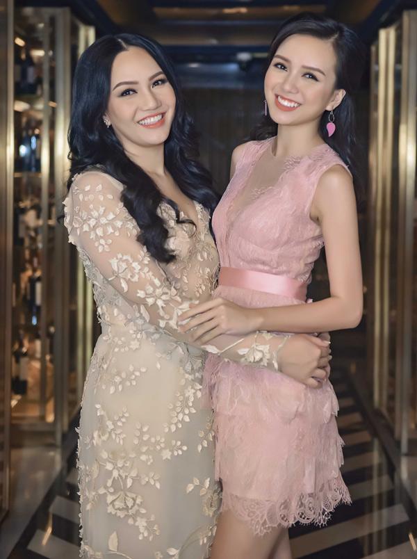 Top 25 Hoa hậu Việt Nam 2018 Vũ Hoàng Thảo Vy (phải) đi tiệc cùng chị gái - nhà thiết kế Anh Thư.