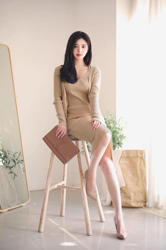 Sự kết hợp đồng điệu giữa tông màu thu đông thời thượng gồm váy - áo len, giầy màu nude và clutch nâu cho nàng công sở sành điệu.