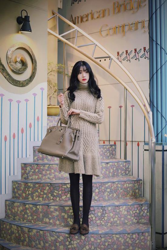 Váy len móc tay thủ công phù hợp với bạn gái có thân hình ảnh dẻ, bởi len sợi thô thường mang lại cảm giác đầy đặn cho hình thể.