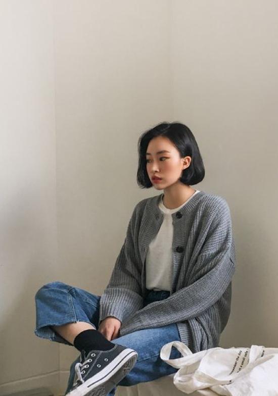 Không thực sự gây sốt như blazer kẻ sọc, nhưng áo cardigan len vẫn là trang phục được tín đồ thời trang châu Á yêu thích.
