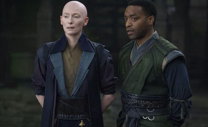 Tilda Swinton (trái) trong phim Doctor Strange