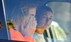 Justin Bieber ôm mặt khóc bên vợ sắp cưới