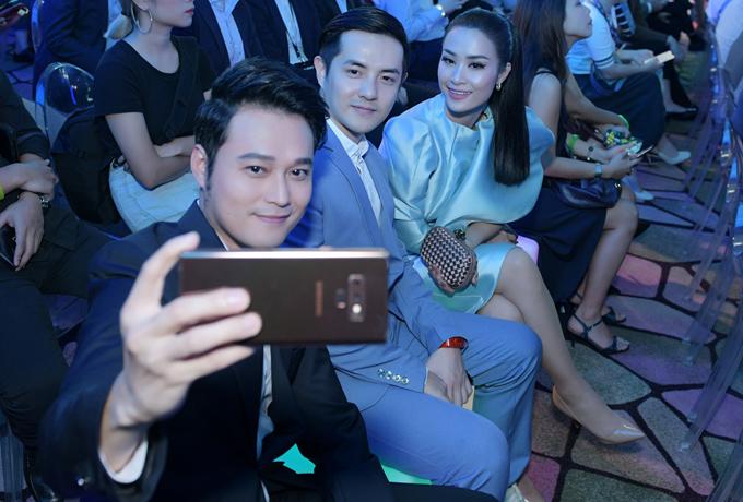 Đã lâu mới có dịp gặp gỡ ở nước ngoài, ba nghệ sĩ Việt tranh thủ chụp ảnh kỷ niệm.