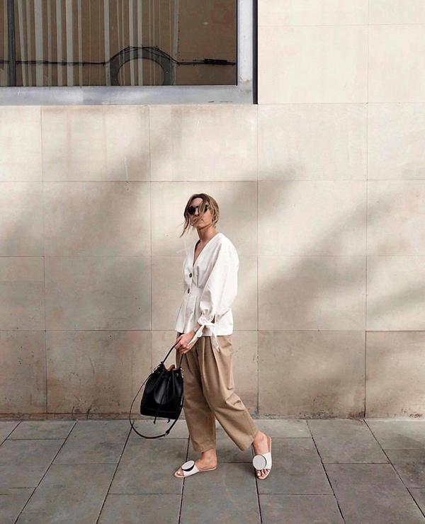 Set đồ cho bạn gái thích hoạt động và yêu mua sắm vào dịp cuối tuần. Cách kết hợp giữa áo blouse, quần ống lửng, dép quai da và túi rút dây sẽ mang lại sự tiện lợi khi phải di chuyển nhiều.