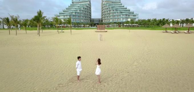 Khoảnh khắc lãng mạn của đôi lứa yêu nhau trong MV.