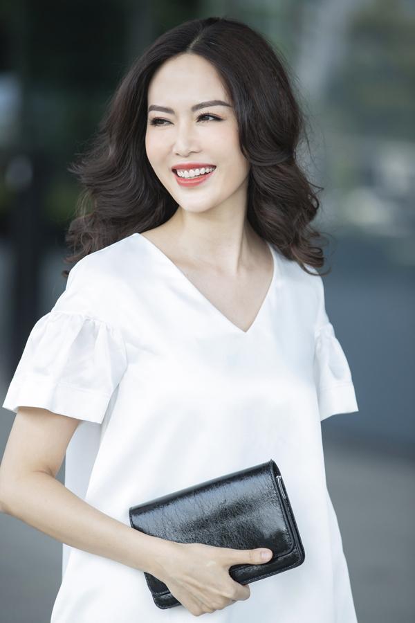 Hoa hậu Thu Thủy cũng nhấn mạnh, nếu trang phục giúp tôn vẻr đẹp bên ngoài thì thần thái chính là vũ khí để phụ nữ tỏa sáng khi cần thiết. Một bộ trang phục chỉ đẹp khi người mặc tự tin vào chính bản thân mình. Bởi vậy, thời trang luôn là người bạn đồng hành không thể thiếu của cô trong cuộc sống.