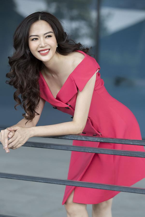 Mới đây, khi xuất hiện trong bộ hình thời trang của Elise, Hoa hậu Thu Thủy càng cho thấy nhan sắc quên tuổi, sựthu hút của người phụ nữ tuổi 40. Sắc đỏ với những biến tấu khéo léo trong thiết kếkhiến Hoa hậu Thu Thủy thêm nổi bật trên phố.
