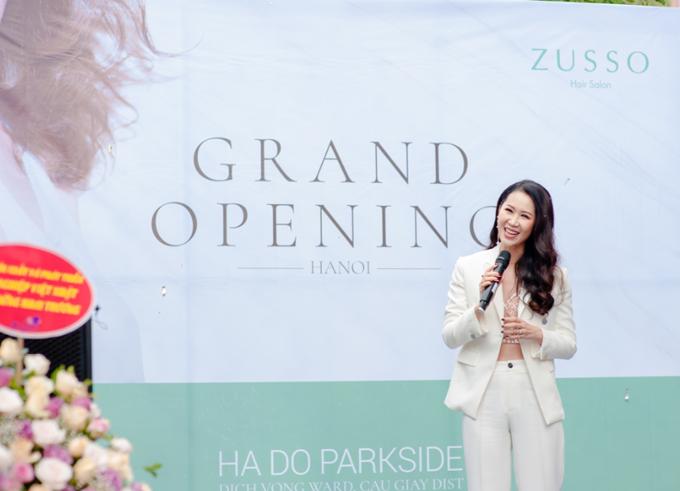 Tại sự kiện, Hoa hậu Dương Thuỳ Linh cũng chia sẻ những kinh nghiệm và bí quyết chăm sóc sắc đẹp của bản thân. Theo cô, một mái tóc đẹp không chỉ cần thời trang mà còn phải khoẻ, vì vậy, người đẹp rất thận trọng trong việc sử dụng dầu gội, hoá chất cho mái tóc.