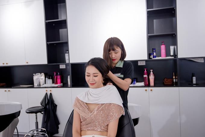 Cô khá yên tâm với các trang thiết bị vàsản phẩm hoá chất cao cấp nhập khẩu từ Nhật Bản tại Zusso. Bên cạnh đó, người đẹp cũng hài lòng vớisự tỉ mỉtừcách phục vụ, quy trình chăm sóc khách hàng, quy trình tạo mẫu đến các bước thực hiện dịch vụ hóa chất tại Zusso,tạocảm giác thư giãn cho người dùng.