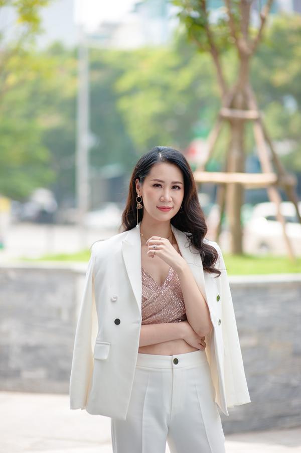Người đẹplựa chọn kiểu tóc thả bồng bềnh, sang trọng vốn có. Kiểu tóc đơn giản kết hợp cùng bộ vest trắng khoác ngoài và áo crop top bên trong khiến côquyến rũ nhưng vẫn không kém phần cá tính.