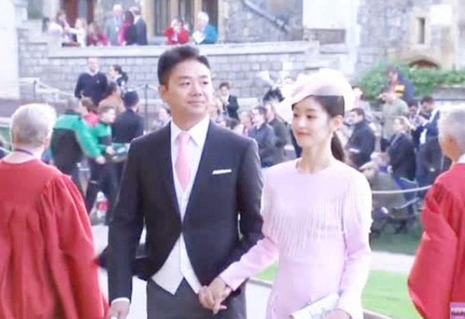 Lưu Cường Đông và vợ, hot girl trà sữa Chương Trạch Thiên tại đám cưới Công chúa Engenie hôm qua (12/10). Ảnh: Shanghaiist.