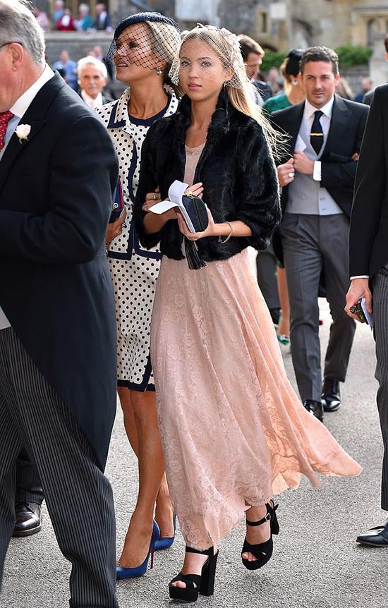 Siêu mẫu Kate Moss đến cùng con gái 16 tuổi Lily Grace Moss. Hai mẹ con duyên dáng với mũ voan che mặt và váy thướt tha.