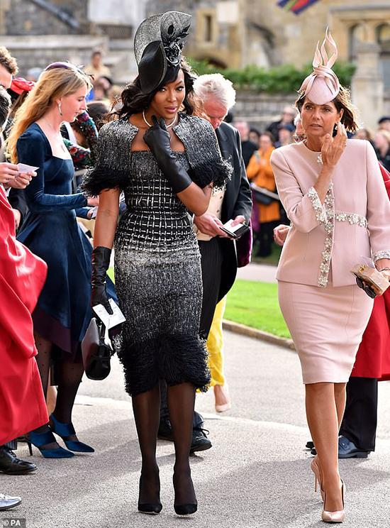 Siêu mẫuNaomi Campbell sang trọng với phong cách thời trang hoàng gia.