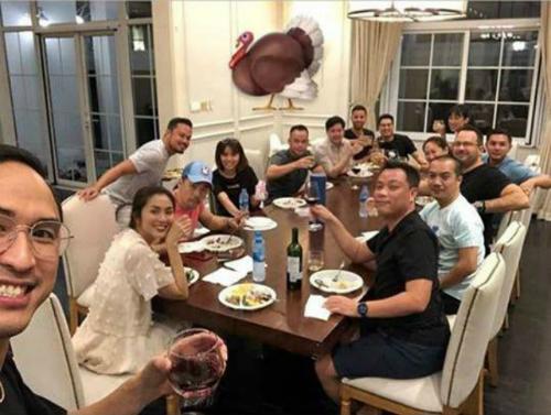 Tăng Thanh Hà và ông xã Louis Nguyễn cùngngười thân, bạn bè ăn mừng ngày Lễ Tạ ơn trong biệt thự triệu đô.