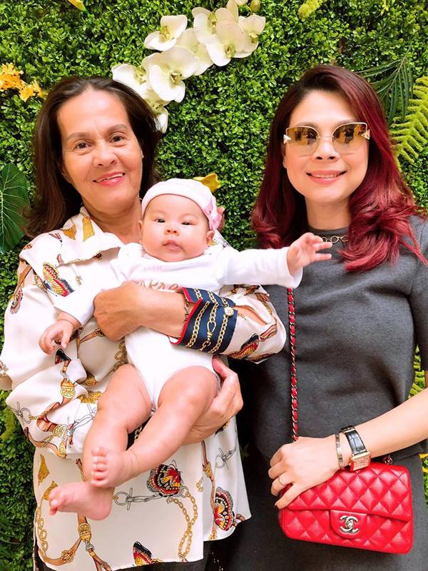 Ông xã Thanh Thảo giúp vợ thay bỉm, cho con gái bú sữa