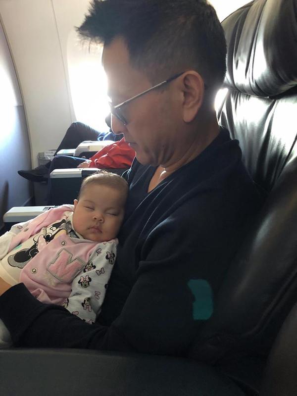 Ông xã Thanh Thảo giúp vợ thay bỉm, cho con gái bú sữa - 9