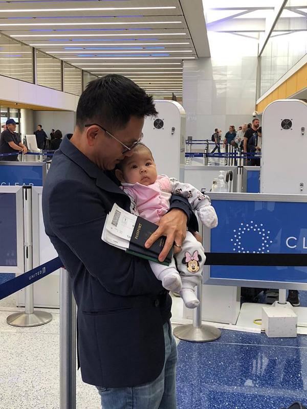 Ông xã Thanh Thảo giúp vợ thay bỉm, cho con gái bú sữa - 1