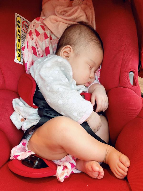 Ông xã Thanh Thảo giúp vợ thay bỉm, cho con gái bú sữa - 7