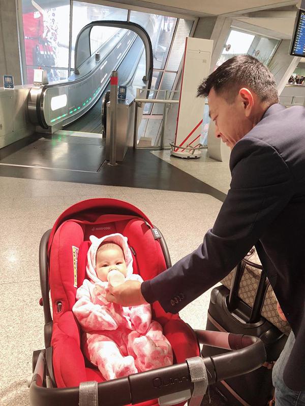 Ông xã Thanh Thảo giúp vợ thay bỉm, cho con gái bú sữa - 8