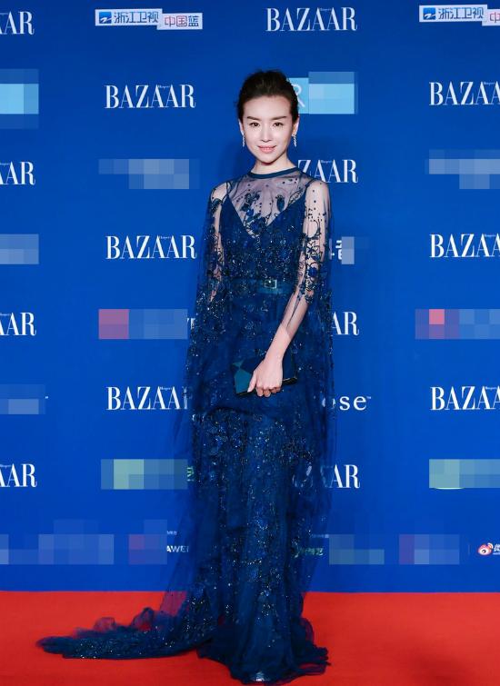 Tối 12/10, tiệc từ thiện do thương hiệu Harpers Bazaar tổ chức tại Bắc Kinh, với sự hiện diện của hàng trăm ngôi sao tên tuổi. Trên thảm đỏ, Đổng Khiết khoe sắc với một thiết kế sắc xanh quyến rũ. Sau thành công của Như Ý Truyện, tên tuổi Đổng Khiết thêm hot trong giới giải trí.