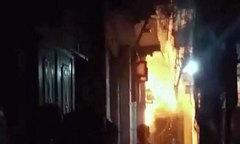 Bé trai 6 tuổi tử vong do bố dượng hất xăng đốt