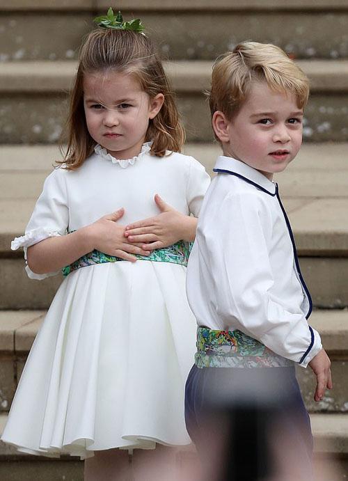 Hai con của vợ chồng William - Kate ngay lập tức thu hút sự chú ý của ống kính bởi vẻ đáng yêu. Đây là lần thứ ba George và Charlotte làm phù dâu, phù rể sau đám cưới của dì Pippa Middleton và chú Harry.