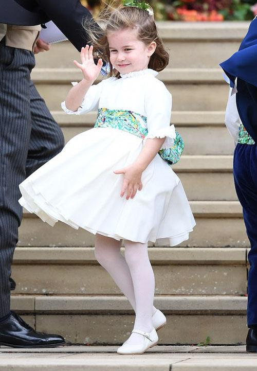 Công chúa nhỏ thân thiện vẫy chào người hâm mộ sau khi hoàn thành nhiệm vụ phù dâu cho Công chúa Eugenie.