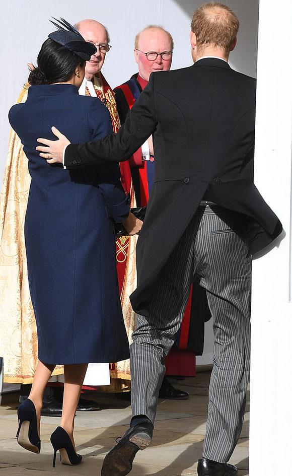 Công tước xứ Sussex đi giày cũ, rách đế khi cùng vợ vào trong nhà nguyện George dự đám cưới Công chúa Eugenie hôm 12/10. Ảnh: Andrew Parsons.