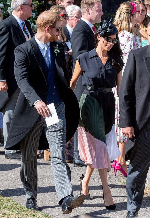 Hoàng tử Harry đi đôi giày thủng đế ở đám cưới bạn thân Charlie van Straubenzee hôm 4/8. Ảnh: AP.